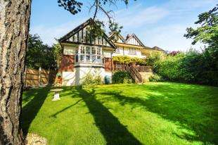 2 Bedrooms Maisonette Flat for sale in The Quest, Sanderstead Road, South Croydon, England