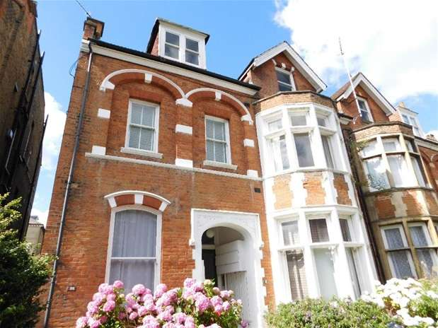 2 Bedrooms Flat for sale in Claremont Gardens, Surbiton