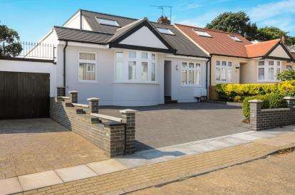 4 Bedrooms Bungalow for sale in Beresford Avenue, London
