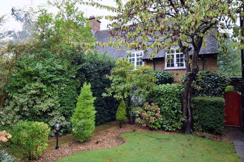 3 Bedrooms Semi Detached House for sale in Westholm, London