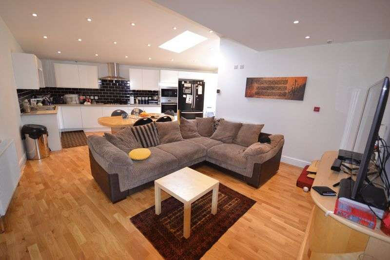 3 Bedrooms Flat for sale in Palmerston Road, London, E17
