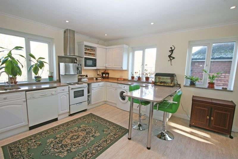3 Bedrooms Flat for sale in Rosewood Way, Farnham Common, Buckinghamshire SL2