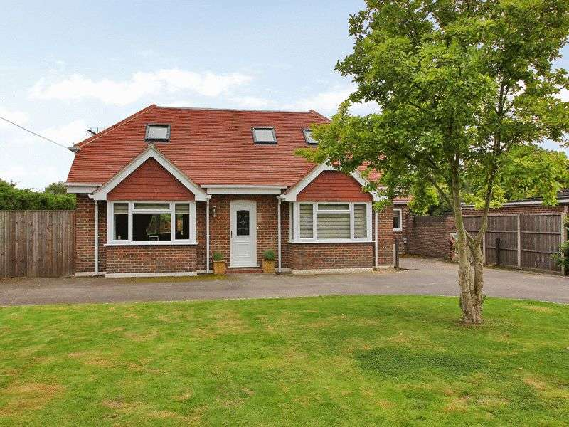 4 Bedrooms Detached House for sale in Smallfield Road, Horley