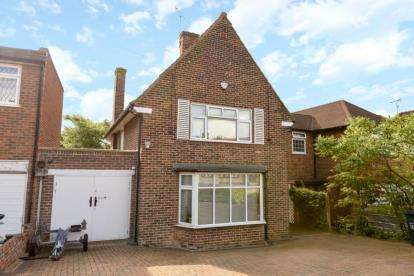 3 Bedrooms Detached House for sale in Wolmer Gardens, Edgware