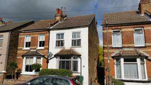 3 Bedrooms Semi Detached House for sale in Gordon Road, Redhill, Surrey