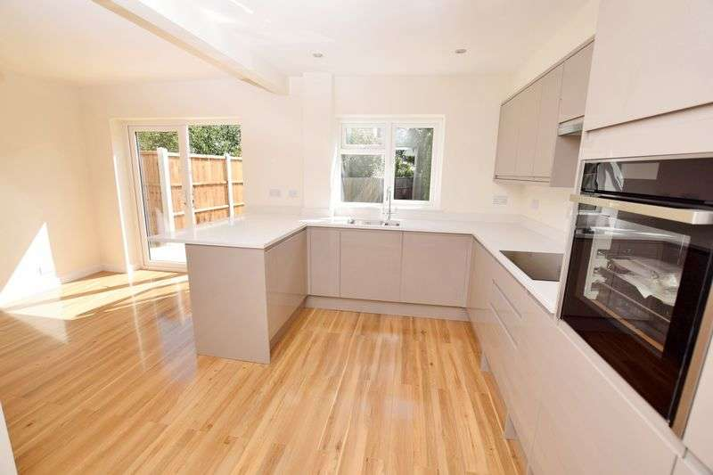 3 Bedrooms Terraced House for sale in Vernon Road, Leigh-On-Sea
