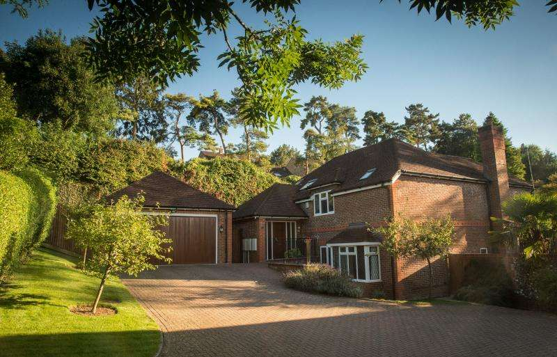 4 Bedrooms Detached House for sale in Pines Close, GREAT MISSENDEN, HP16