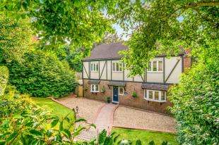 4 Bedrooms Detached House for sale in Farnham Close, Crawley, West Sussex