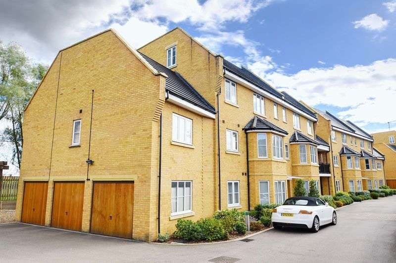 3 Bedrooms Flat for sale in Bayswater Close, Palmers Green, N13