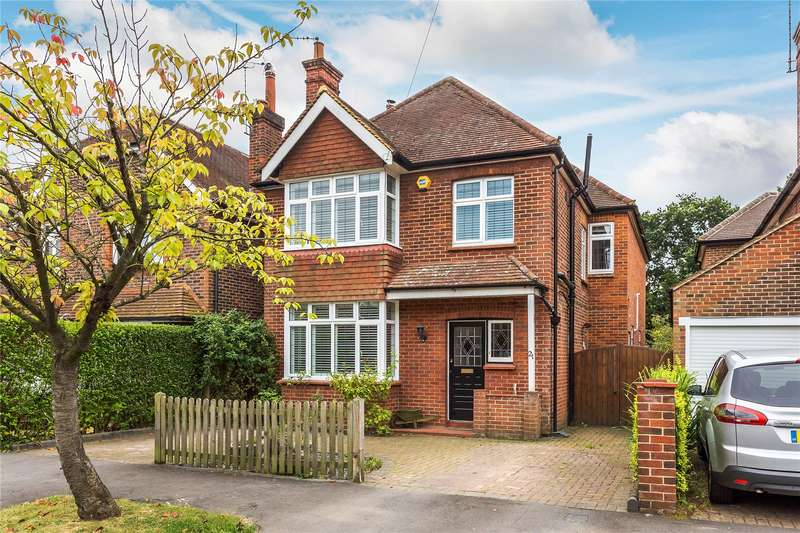 4 Bedrooms Detached House for sale in Holyoake Avenue, Horsell, Surrey, GU21