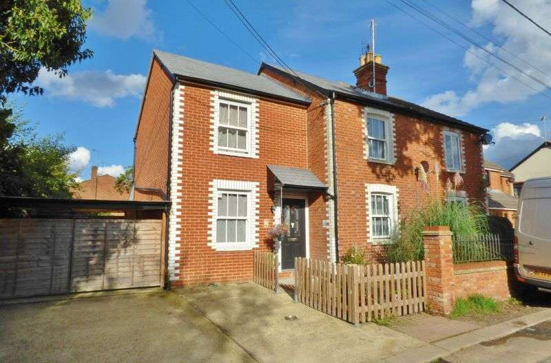 3 Bedrooms Semi Detached House for sale in Brinns Lane, Blackwater