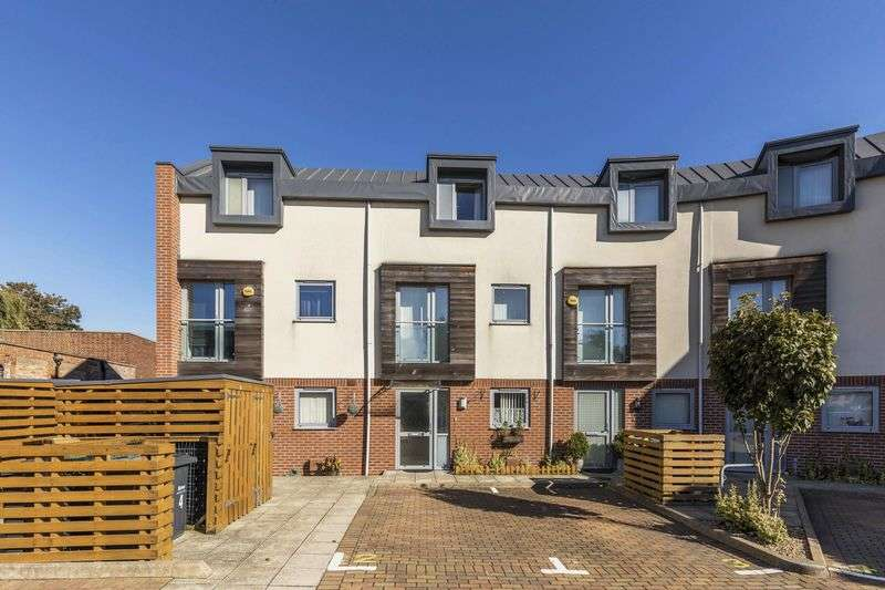 3 Bedrooms Terraced House for sale in Finley Place, Havant
