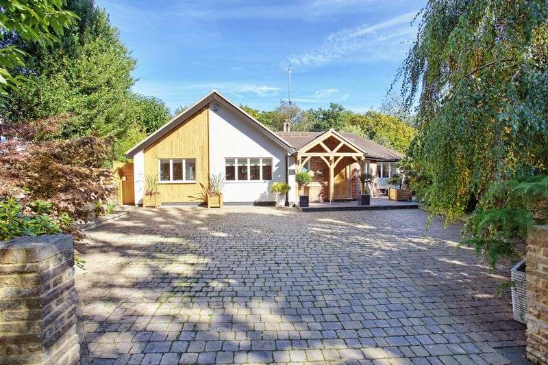 4 Bedrooms Detached Bungalow for sale in Oaklands, Nr Welwyn, Hertfordshire