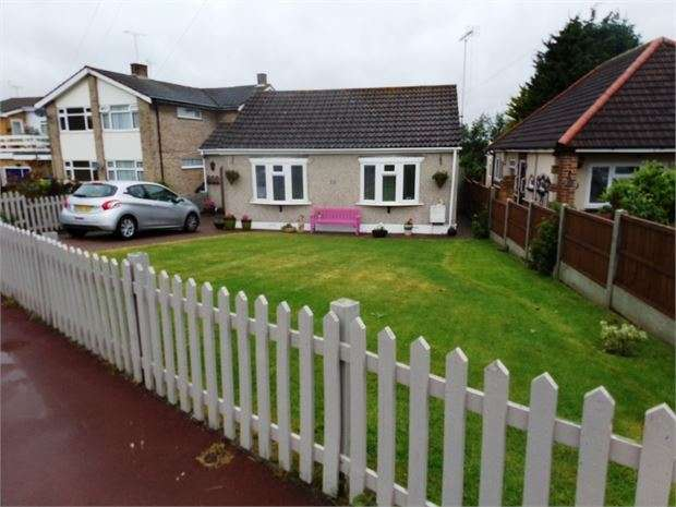 3 Bedrooms Detached Bungalow for sale in Eastwood Old Road, Leigh on sea, SS9 4SG