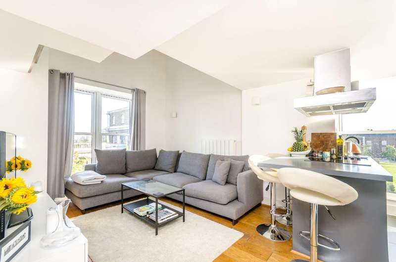 3 Bedrooms Flat for sale in Cadogan Road, Woolwich, SE18
