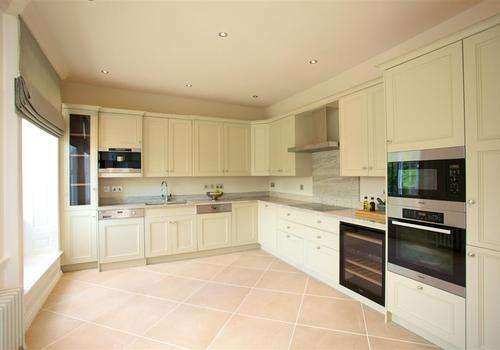 2 Bedrooms Apartment Flat for sale in Breakspear Road North, Denham, Middlesex, UB9 6NA
