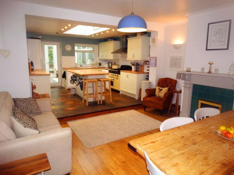 4 Bedrooms Semi Detached House for sale in Castle Lane, Solihull