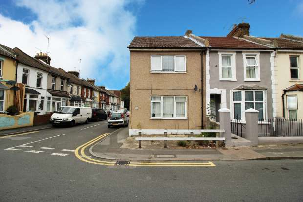 3 Bedrooms Property for sale in Milburn Rd, Gillingham, Kent, ME7 1PH