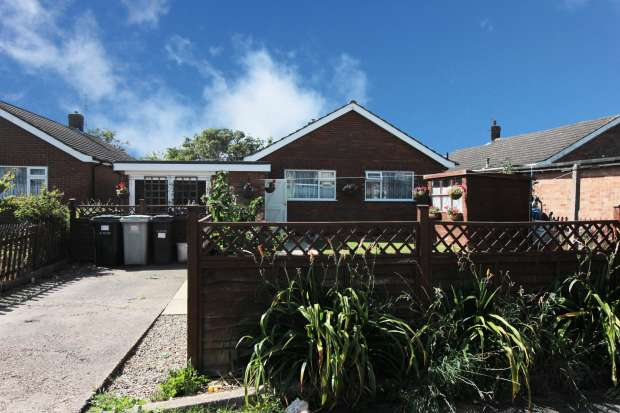 3 Bedrooms Detached Bungalow for sale in Lincoln Road, Skegness, Lincolnshire, PE25 2PB