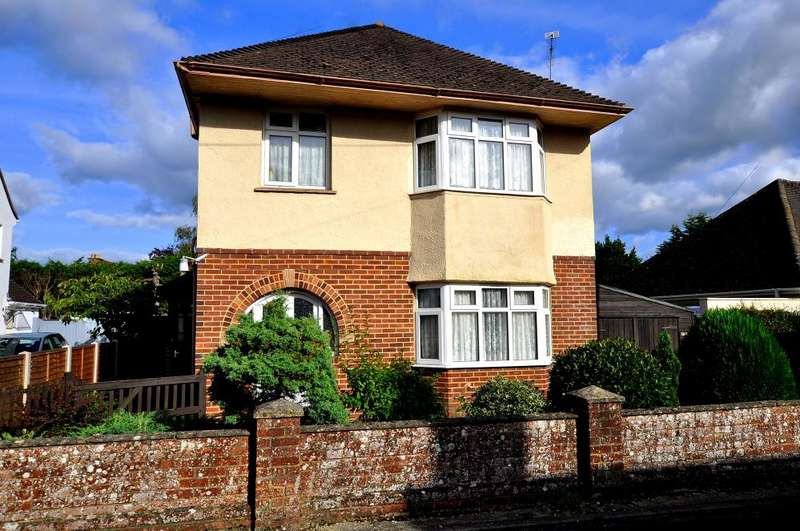 3 Bedrooms Detached House for sale in Middleton Road, Ringwood, BH24 1RN