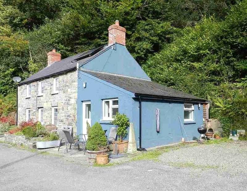 2 Bedrooms Detached House for sale in Gwaun Villa, Pontfaen, Fishguard, Pembrokeshire