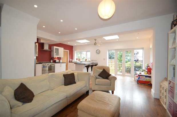 3 Bedrooms House for sale in Lawrence Crescent, Dagenham