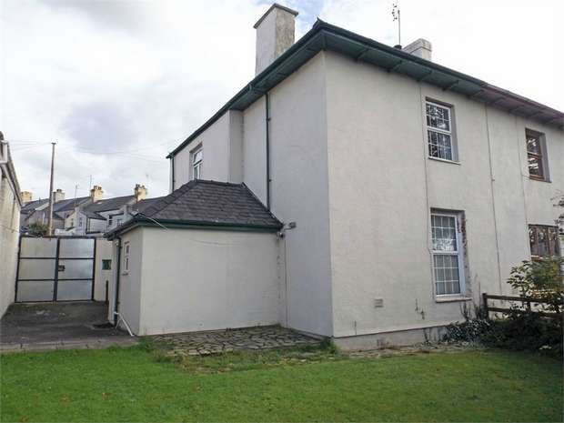 3 Bedrooms Semi Detached House for sale in South Road, Caernarfon, Gwynedd