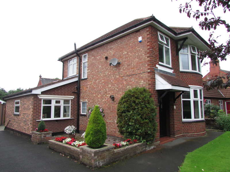 3 Bedrooms Detached House for sale in Queensgate, Castle