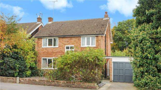 3 Bedrooms Detached House for sale in Larkswood Drive, Crowthorne, Berkshire