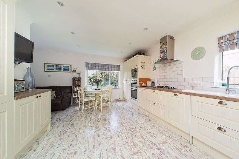 3 Bedrooms Detached Bungalow for sale in Barton Close, Nyetimber, PO21
