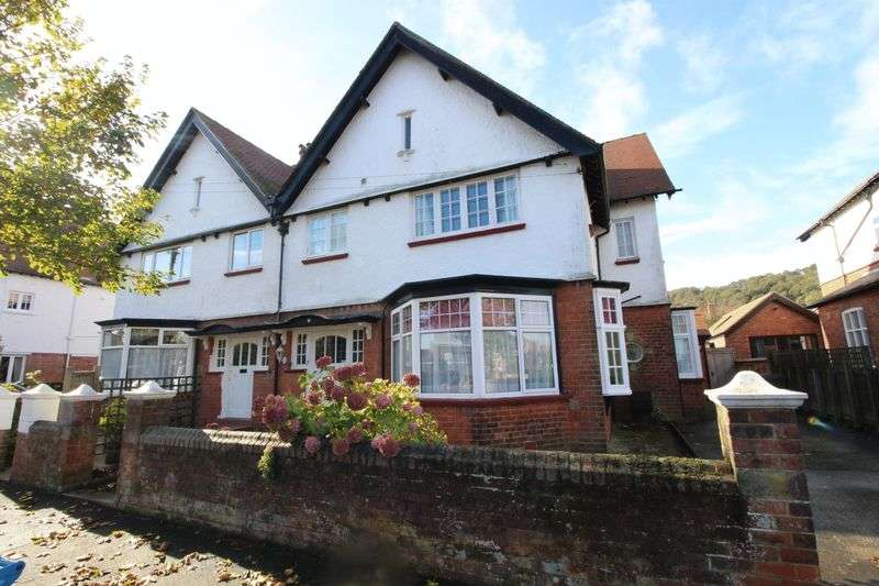 6 Bedrooms Semi Detached House for sale in Holbeck Hill Scarborough