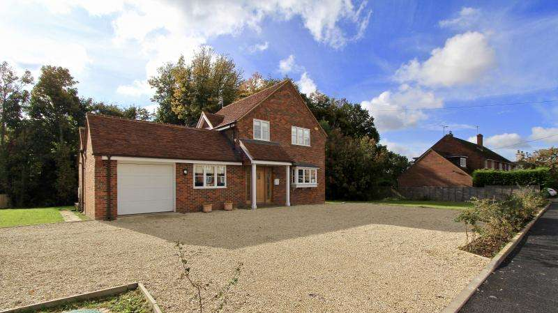 4 Bedrooms Detached House for sale in Cherry Tree Lane, LEE COMMON, HP16