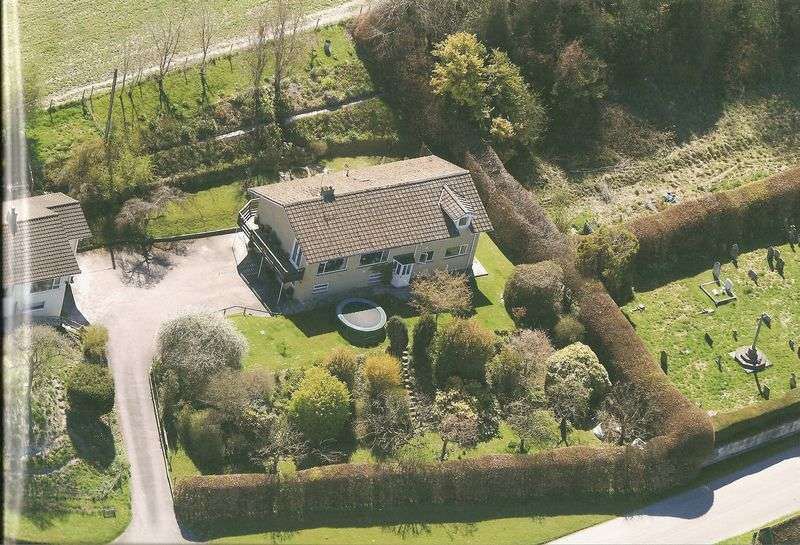 5 Bedrooms Detached House for sale in Corton, Wyle Valley