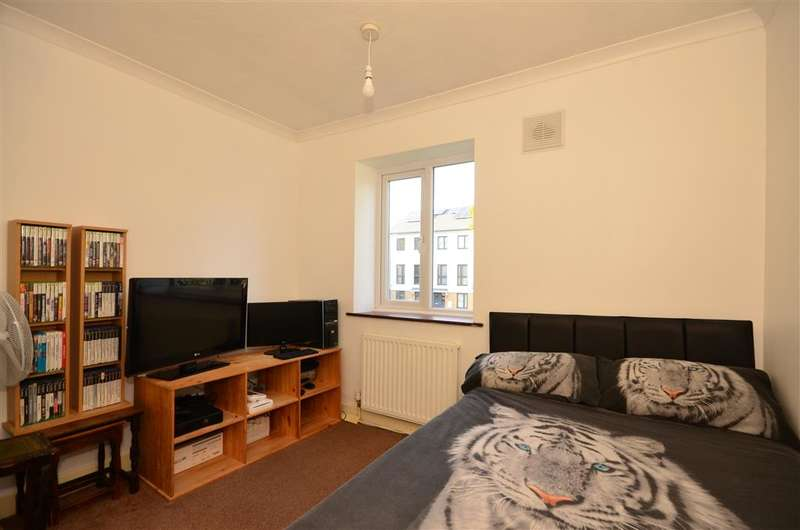 3 Bedrooms Terraced House for sale in New North Road, Hainault, Essex