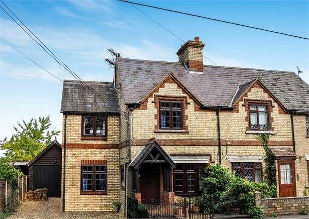 3 Bedrooms Cottage House for sale in Bicester Road, Kingswood, Buckinghamshire. HP18 0RA