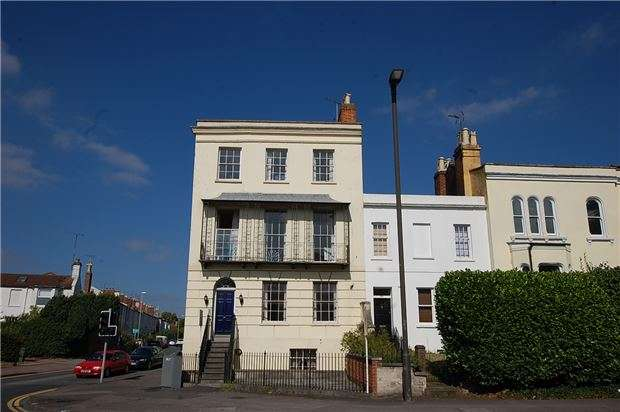 2 Bedrooms Flat for sale in Flat 4, Whittington House London Road, CHELTENHAM, Gloucestershire, GL52 6HJ