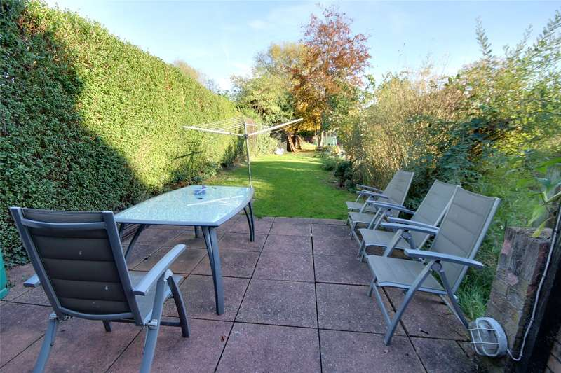3 Bedrooms Maisonette Flat for sale in Old Charlton Road, Shepperton, Surrey, TW17