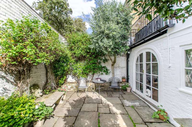 2 Bedrooms Maisonette Flat for sale in Fulham Road, Chelsea, SW10