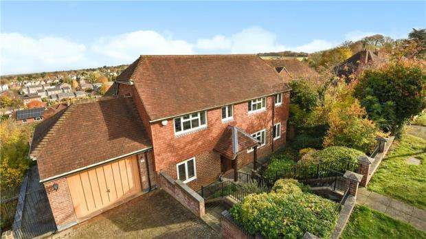 4 Bedrooms Detached House for sale in Pewley Bank, Guildford, Surrey
