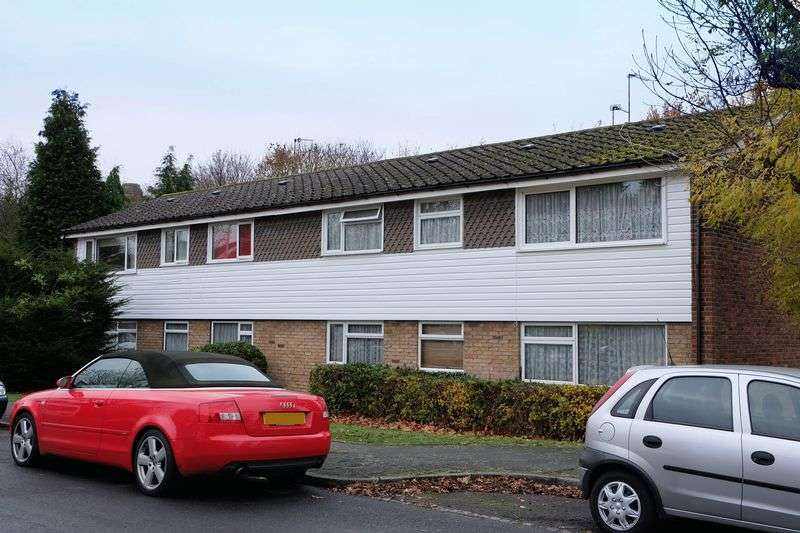 2 Bedrooms Flat for sale in Paddock Close, South Darenth
