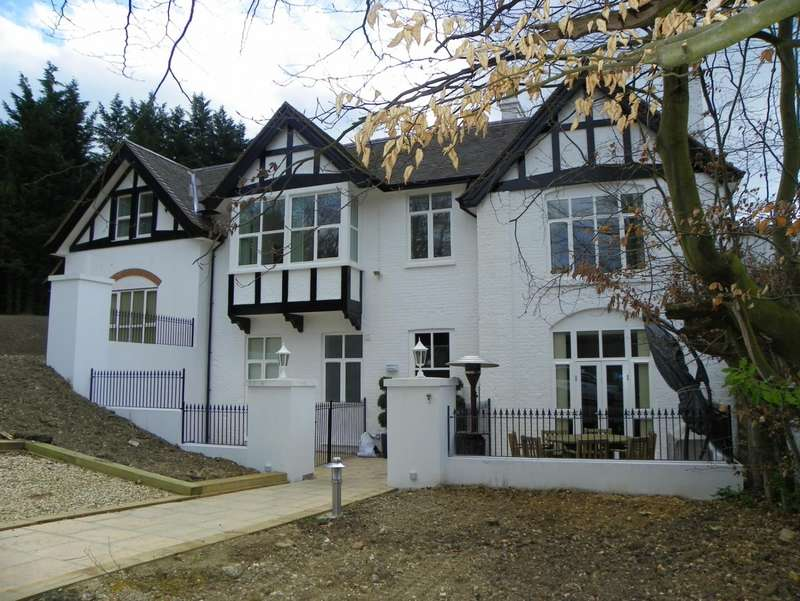 2 Bedrooms Apartment Flat for rent in Hobbs House, Thames Street, Sonning, Reading, RG4
