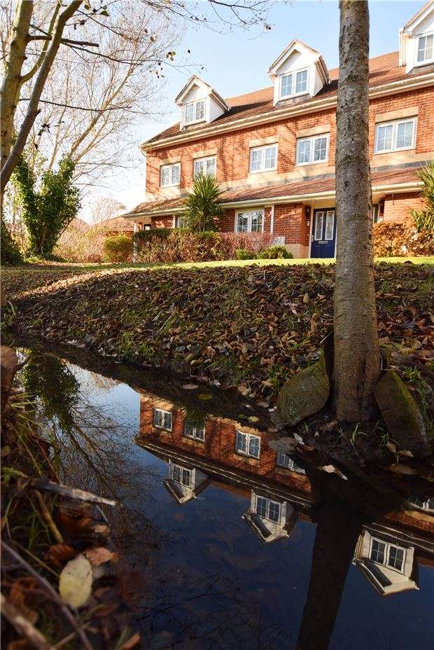 2 Bedrooms Maisonette Flat for sale in Dougall Close, TUNBRIDGE WELLS, Kent, TN2 3GN