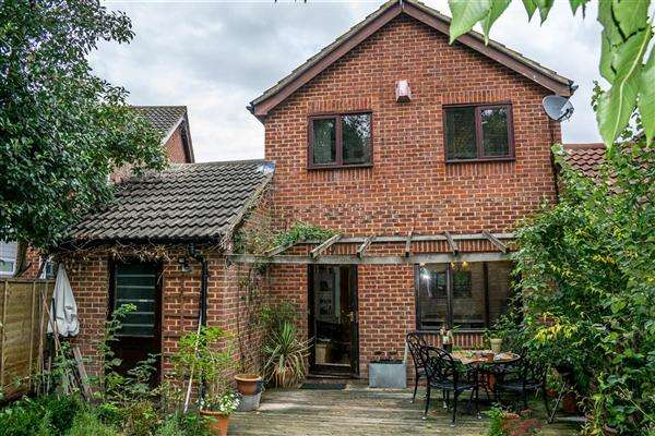 3 Bedrooms Detached House for sale in Hazebrouck Road, Faversham