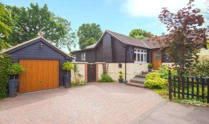 4 Bedrooms Bungalow for sale in Spring Pond Meadow, Hook End, Brentwood, Essex