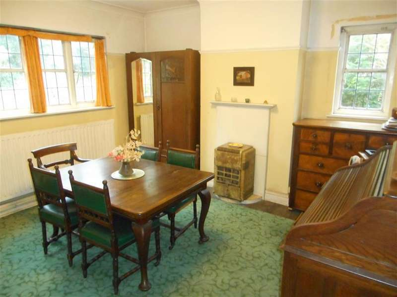 4 Bedrooms Detached House for sale in Elm Drive, Leatherhead, Surrey