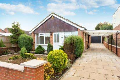 3 Bedrooms Bungalow for sale in Primley Park View, Leeds, West Yorkshire