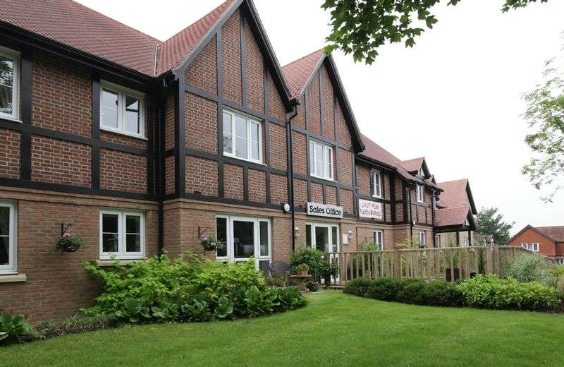 2 Bedrooms Flat for sale in Foxmead Court, Meadowside, Pulborough: NEW HOME NO CHAIN : 2 bed ground floor retirement apartment