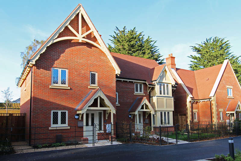 2 Bedrooms Semi Detached House for sale in Saxby Road, Bishops Waltham