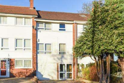 3 Bedrooms Terraced House for sale in Mead Way, Bromley