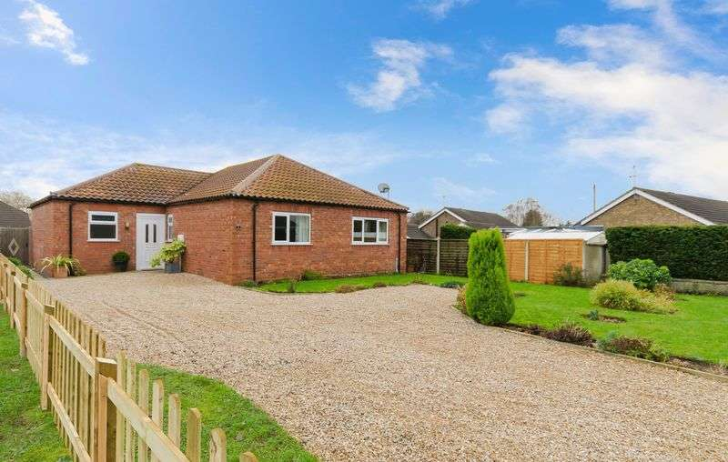 3 Bedrooms Detached Bungalow for sale in 9 Meadow Lane,North Hykeham, Lincoln